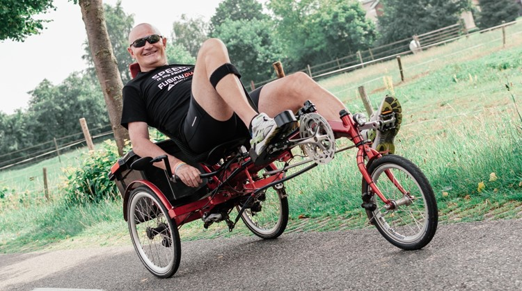 Wilco (55, halfzijdig verlamd) beklom met zijn fiets de Alpe d' Huez afbeelding nieuwsbericht
