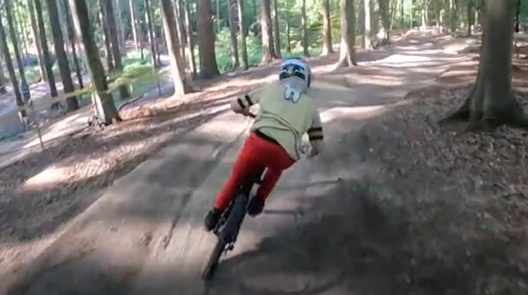 Xavier gaat blind afdaling in op mountainbike afbeelding nieuwsbericht