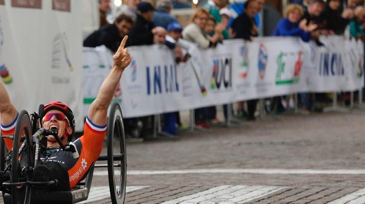 Jetze Plat (26) heeft geen goede benen, maar kijk wat hij met zijn gespierde torso voor elkaar krijgt! afbeelding nieuwsbericht