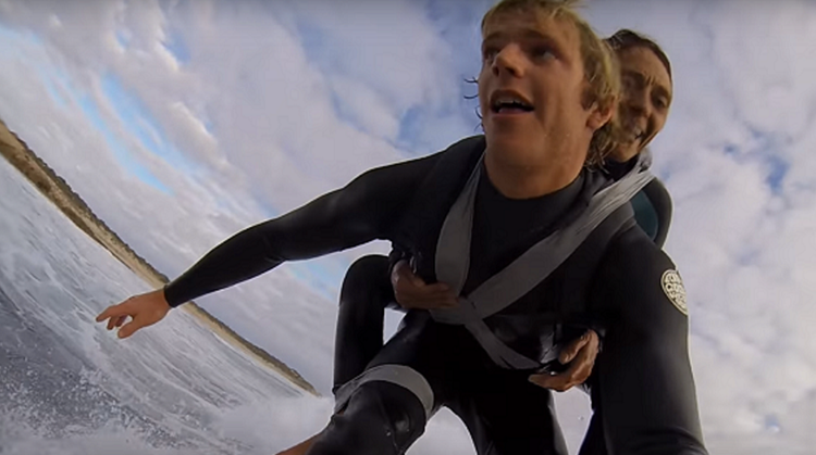 Deze jongen liet een verlamde vrouw ervaren hoe mooi surfen is afbeelding nieuwsbericht