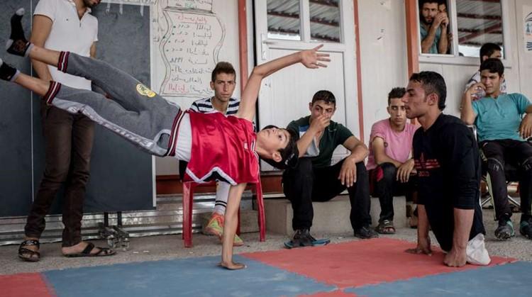 Deze Syrische gewichtheffer zonder benen gaf kinderen in vluchtelingenkampen sportles afbeelding nieuwsbericht
