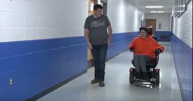 Afbeelding Bijzonder: Tanner kocht rolstoel voor klasgenoot!