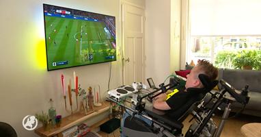 Afbeelding Uitvinder helpt Juda bij gamen vanuit rolstoel