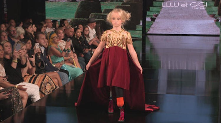 Model Daisy-May met protheses op de catwalk afbeelding nieuwsbericht