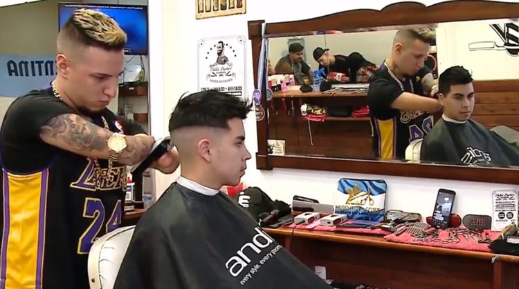 Deze inspirerende kapper zonder handen is een begrip in Argentinië afbeelding nieuwsbericht