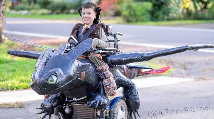 Deze ouders maken fantastische Halloweenkostuums voor kinderen in een rolstoel afbeelding nieuwsbericht