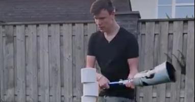 Afbeelding Gijs doet wc-rol challenge met prothese