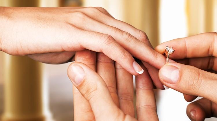 Verlamde man staat op en vraagt vriendin ten huwelijk afbeelding nieuwsbericht