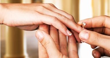 Afbeelding Verlamde man staat op en vraagt vriendin ten huwelijk