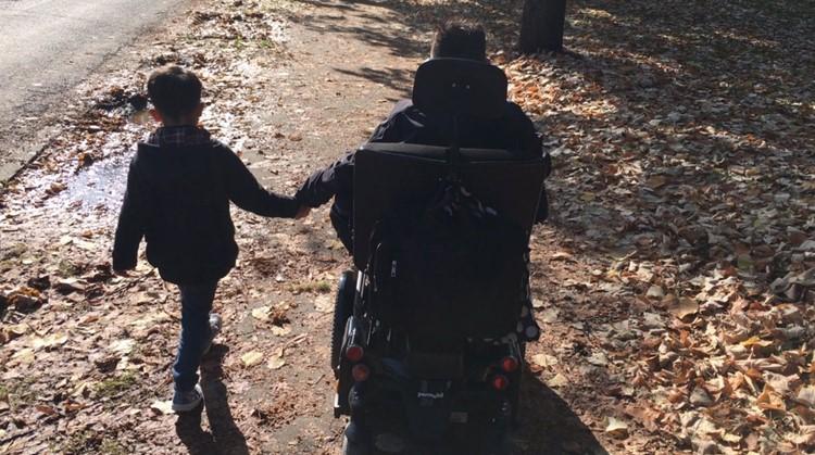 """""""De rolstoel brak het ijs met onze adoptiezoon"""" afbeelding nieuwsbericht"""
