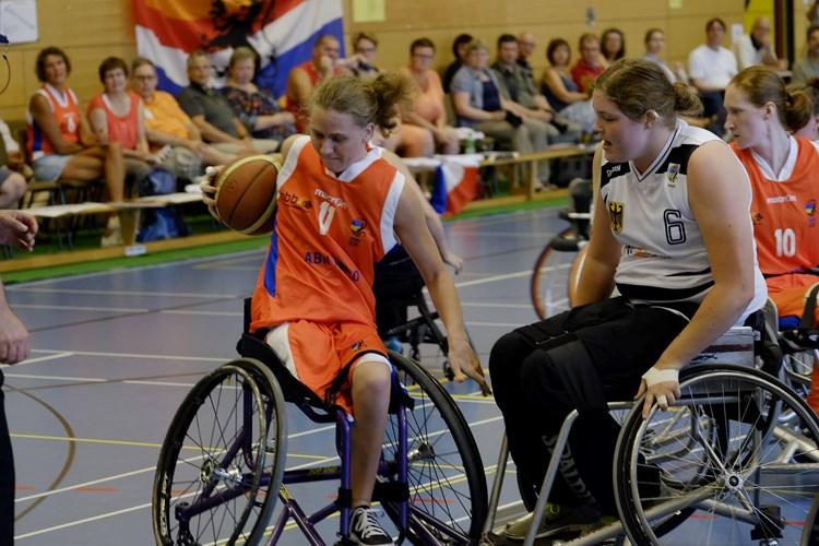 Toen Daphne (25) voor het eerst aan rolstoelbasketbal deed ...