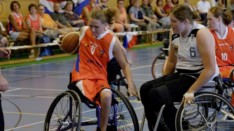Toen Daphne (25) voor het eerst aan rolstoelbasketbal deed, voelde ze zich eindelijk gelijk aan de rest. afbeelding nieuwsbericht