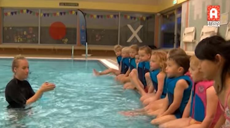 Zwemjuf Susanne geeft zwemles met gebarentaal afbeelding nieuwsbericht