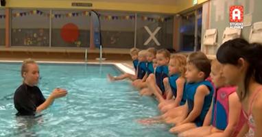 Afbeelding Zwemjuf Suzanne geeft zwemles met gebarentaal