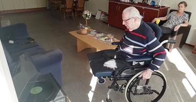 Afbeelding Ook in een rolstoel danst Joop wat af
