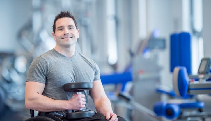Lopen kan James (30) niet, maar hij is wel een fitnessheld op Instagram afbeelding nieuwsbericht