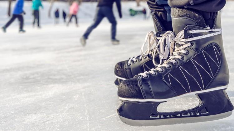 Noud (9) zwiert in zijn schaatstoestel over het ijs afbeelding nieuwsbericht