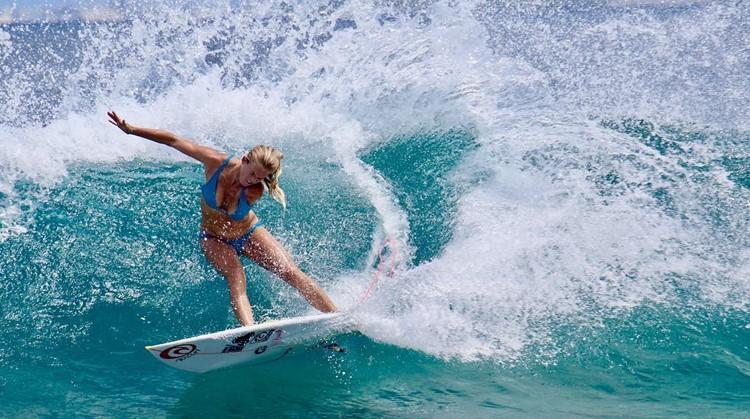 Deze topsurfer met één arm verschoont luiers met haar voeten afbeelding nieuwsbericht