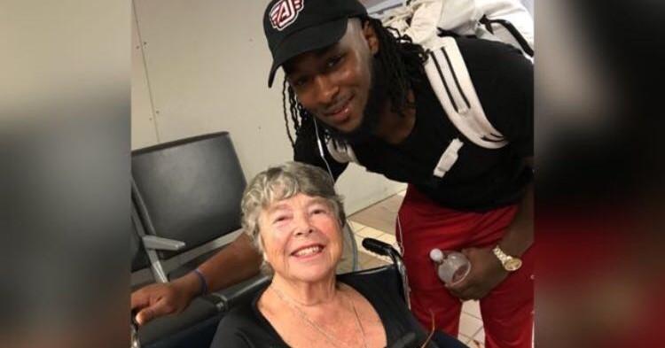 Deze bekende footballspeler hielp een vrouw in een rolstoel op weg en stal vele harten afbeelding nieuwsbericht