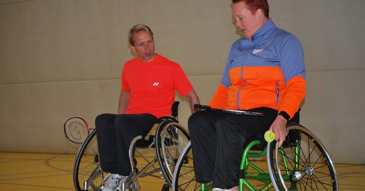 Burgemeester doet mee aan clinic badminton afbeelding nieuwsbericht