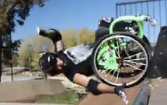 Een dubbele achterwaartse flip in zijn rolstoel? Aaron doet het afbeelding nieuwsbericht
