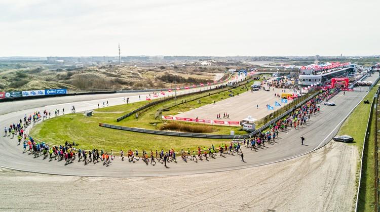 Race Mee Over Het Circuit Van Zandvoort Uniek Sporten