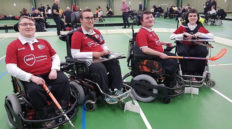 Brian en Mika (22) kunnen met E-hockey lekker hard gaan in hun rolstoel afbeelding nieuwsbericht