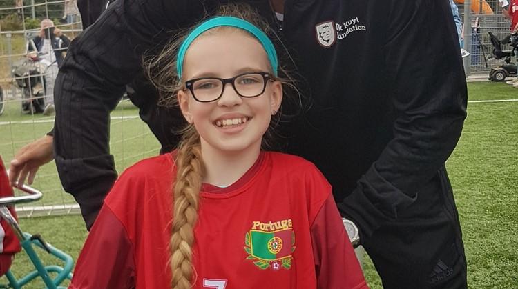 Marie Claire (10, spierziekte) heeft het framevoetbal ontdekt afbeelding nieuwsbericht