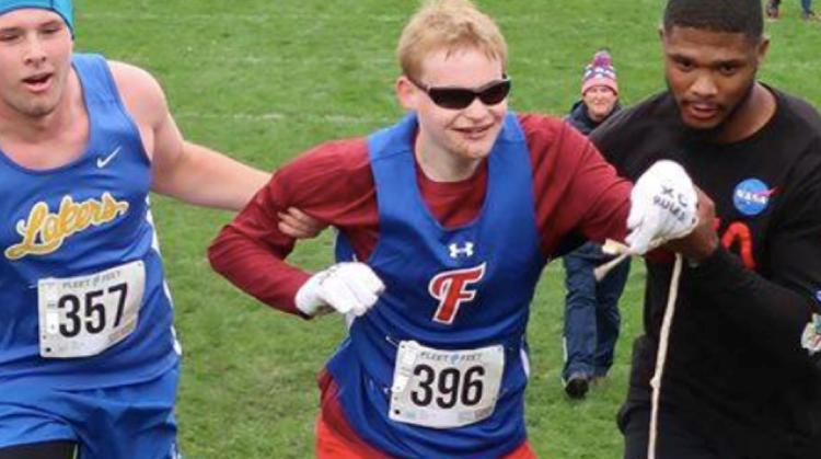 Hartverwarmend! Blinde sprinter valt en wordt over de finish geholpen door tegenstander afbeelding nieuwsbericht