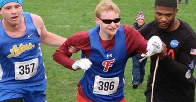 Afbeelding Hartverwarmend! Blinde sprinter valt en wordt over de finish geholpen door tegenstander