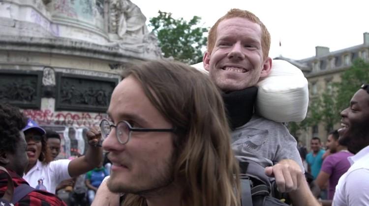 Fantastisch: deze jongens droegen hun vriend Kevan door Europa afbeelding nieuwsbericht
