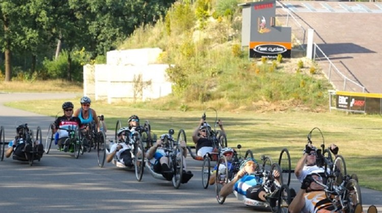 Limburgse gezelligheid onder de handbikers op de wielerbaan van Herungerberg afbeelding nieuwsbericht