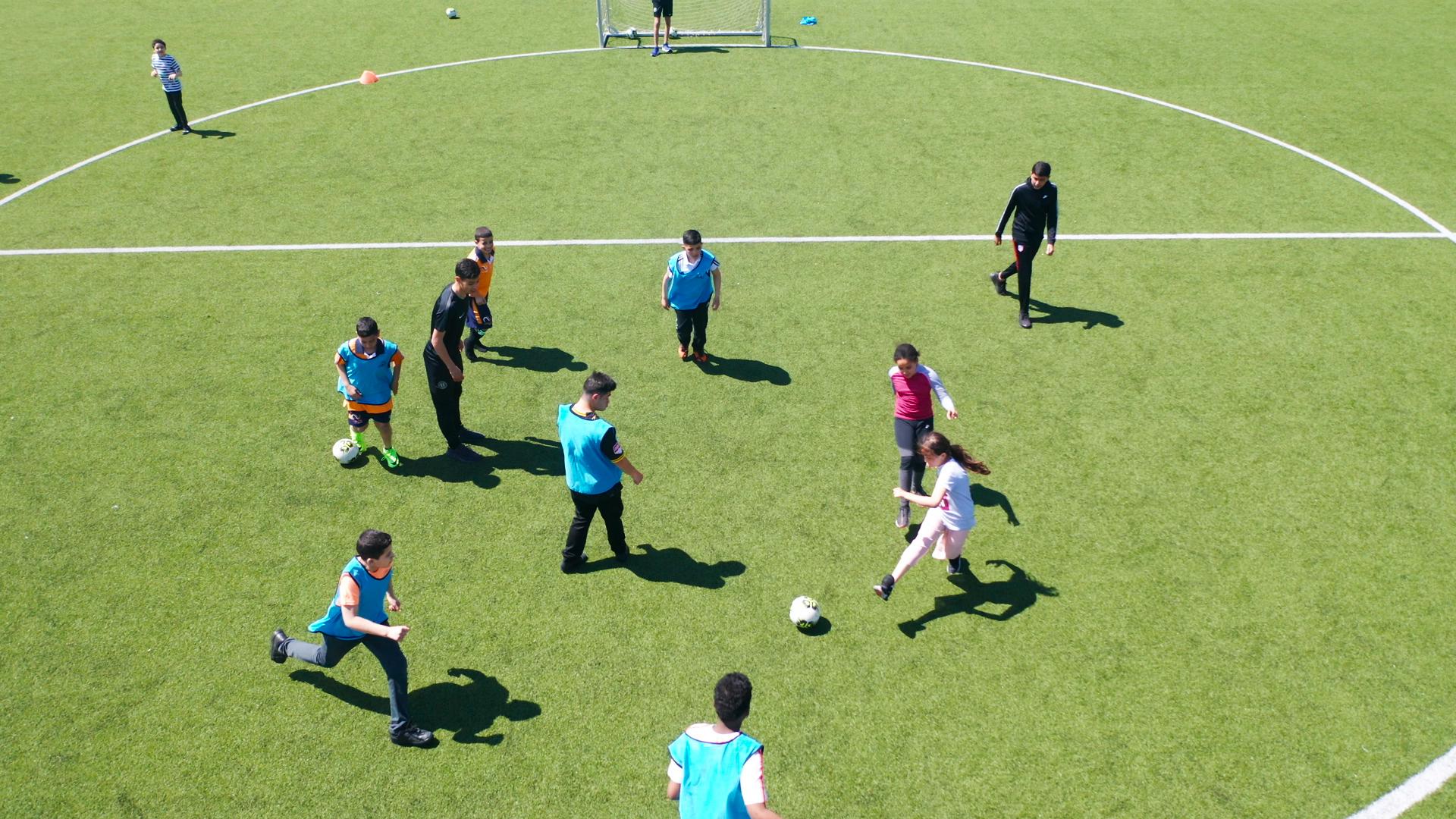 Kinderen zijn aan het voetballen