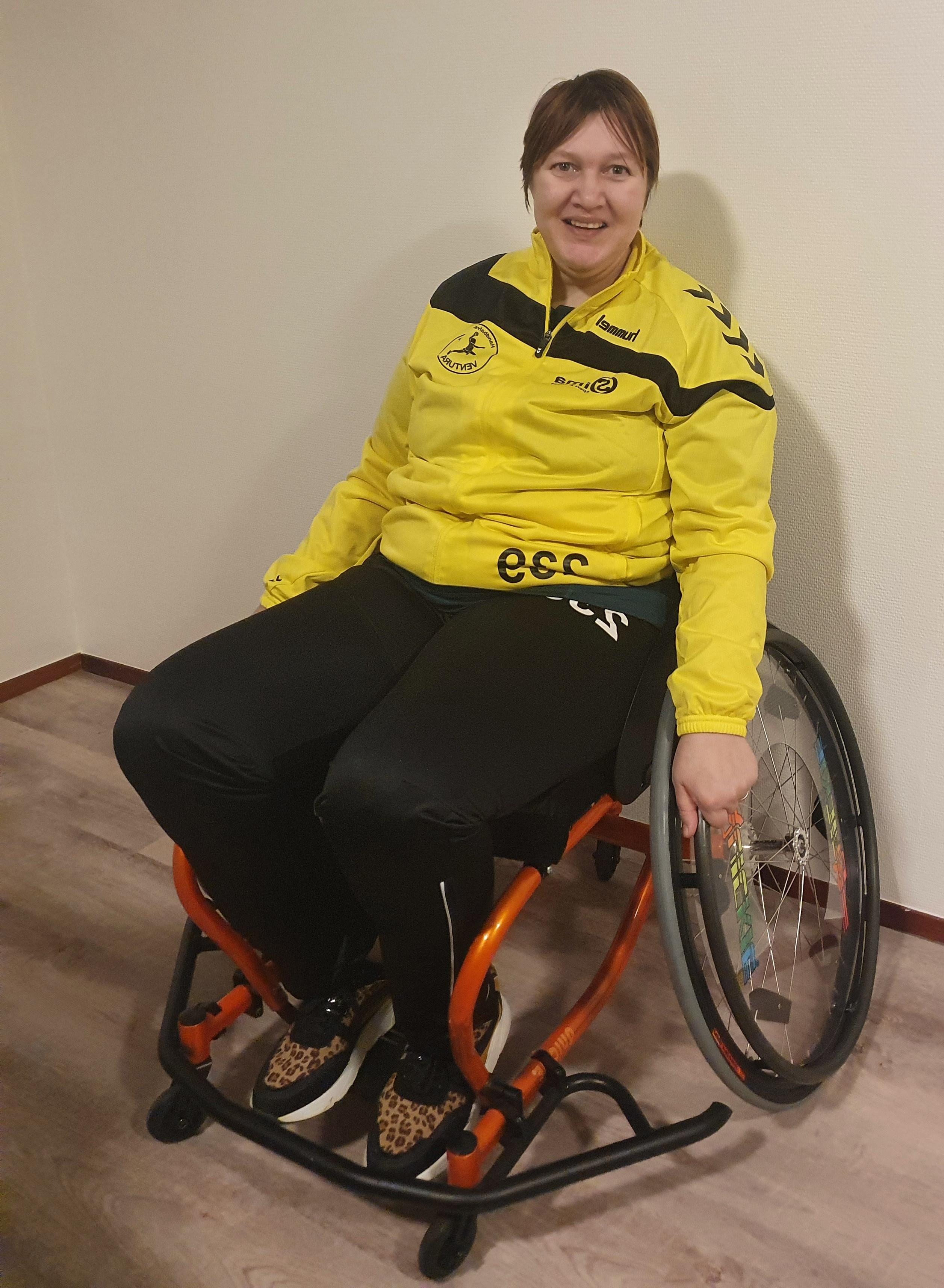 Corrine met haar handbalrolstoel