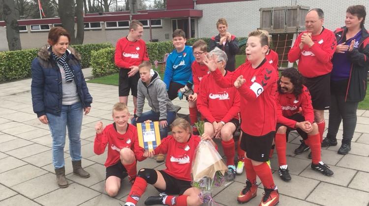 Mooie cheque voor G-voetbal team Loenermark afbeelding nieuwsbericht