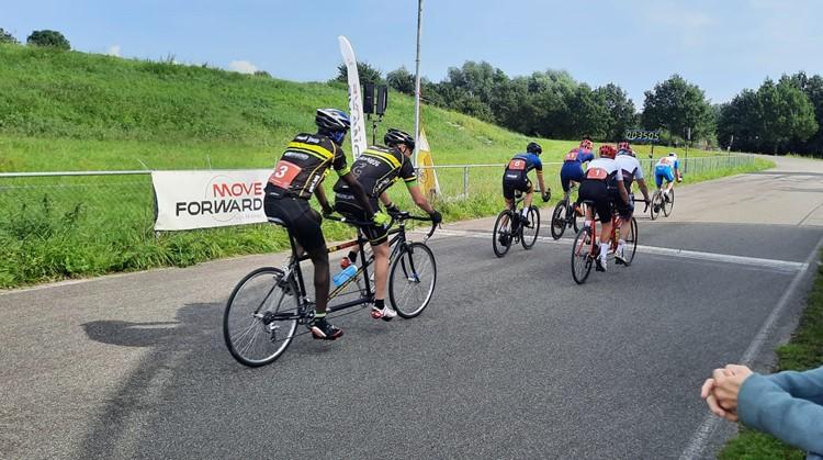 """Tandemracefiets in actie tijdens de KNWU para-cycling wedstrijd """"move Foreward"""" in Utrecht afbeelding nieuwsbericht"""