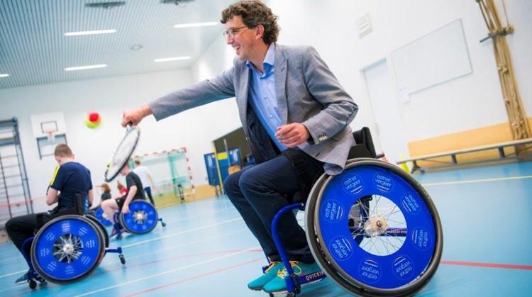 Wethouder speelt rolstoeltennis met leerlingen van het Gentiaan College afbeelding nieuwsbericht