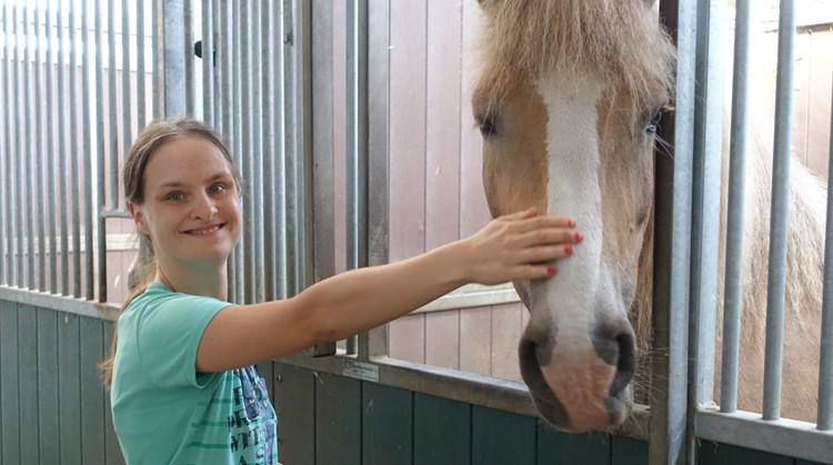 Via het Sportloket zit Melissa met een grote glimlach op haar favoriete paard afbeelding nieuwsbericht